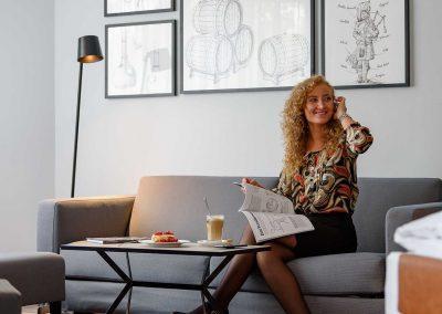 Mercure Hotel Dortmund Centrum Privilege Zimmer Couch mit Gast
